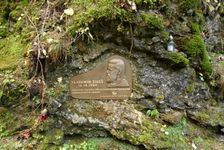 pamätník pri Suchej jaskyni