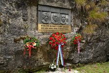 pamätník pri Demänovskej jaskyni slobody
