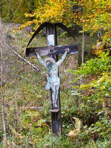 Starý kríž pri vstupe do tunela