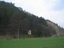 Kaplnka pod Liskovskym kamenolomom - Kaplnka pod Liskovským kameňolom (Ostra skala) bola postavena okolo roku 1900. Postavil ju ako vďaku občan Liskovej. Po ceste prechádzal na voze a zrazu sa z vrchola Lipej pustili veľké skaly, ktoré ho tesne mi