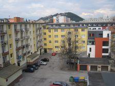 Dvor bytovky v Poliku